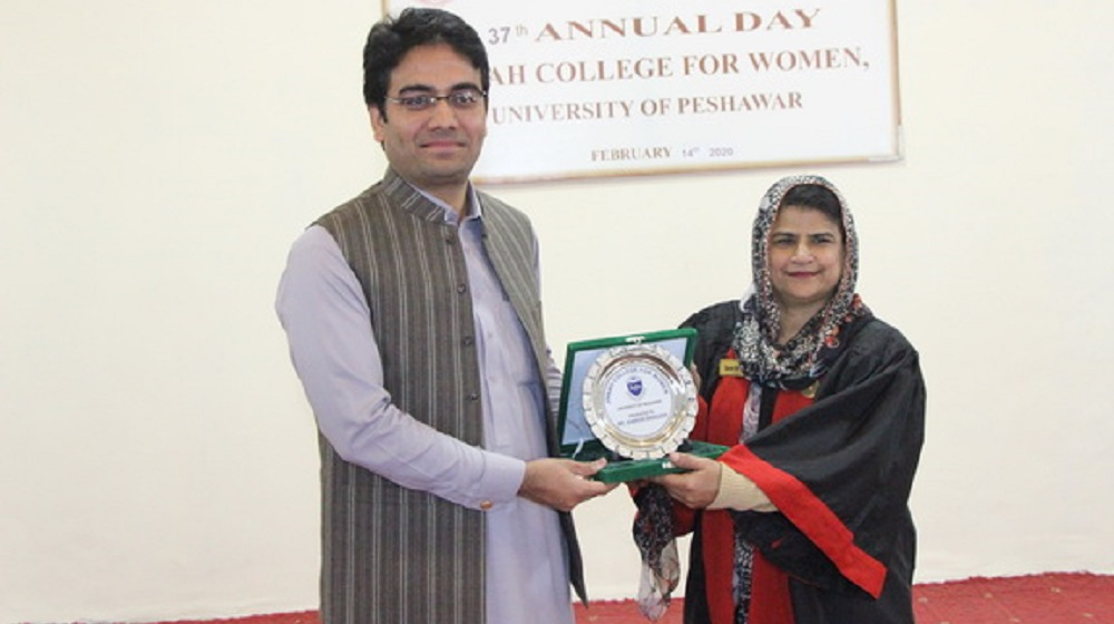 Principal Jinnah college for women Prof.Dr.Tazeen Gul is honouring the chief guest of Annual Day function  special assistant to Chief Minister on Local government  Kamran Khan Bangash on 14th February, 2020.