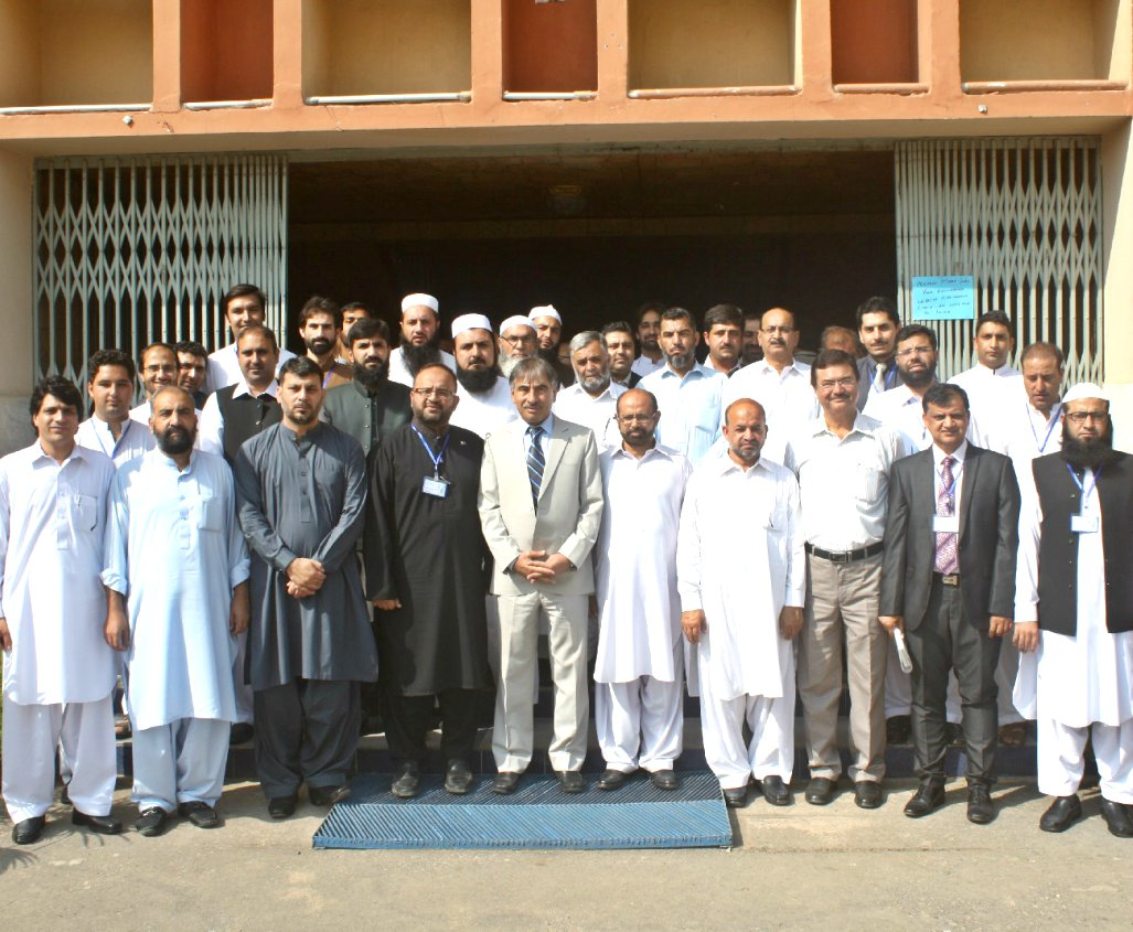 Group Photo of Vice Chancellor UoP Prof. Dr. Muhammad Rasul Jan withthe participants of seminar on Navigating the Future of Community Pharmacy in Pakistan