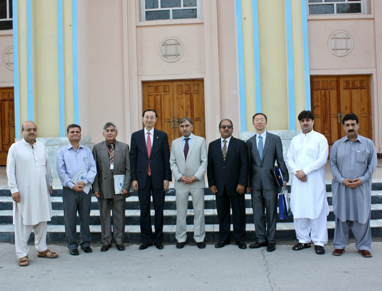 His Excelency Sun Weidong  in group photo with VC UoP during his visit at the University of Peshawar